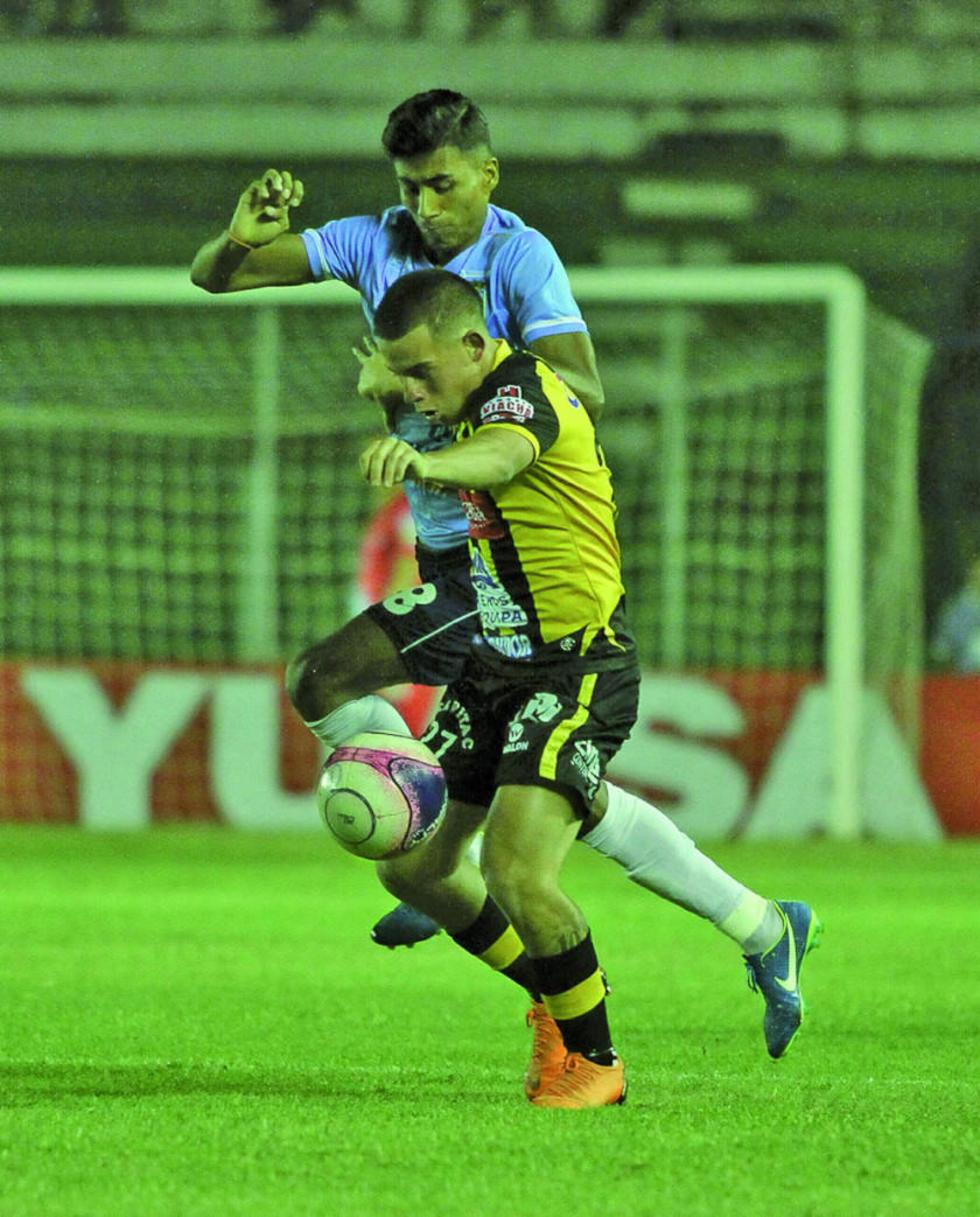 José Vargas y Henry Vaca pugnan por el balón.