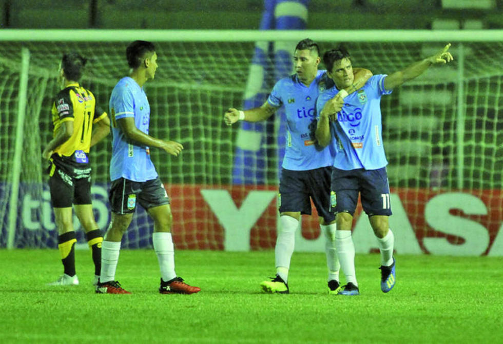 Leonardo Vaca (d) festeja el gol junto a sus compañeros.