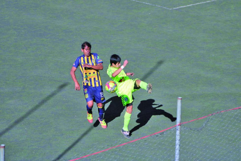 Lucas Méndez, de Rosario intenta quitar el balón a su rival.