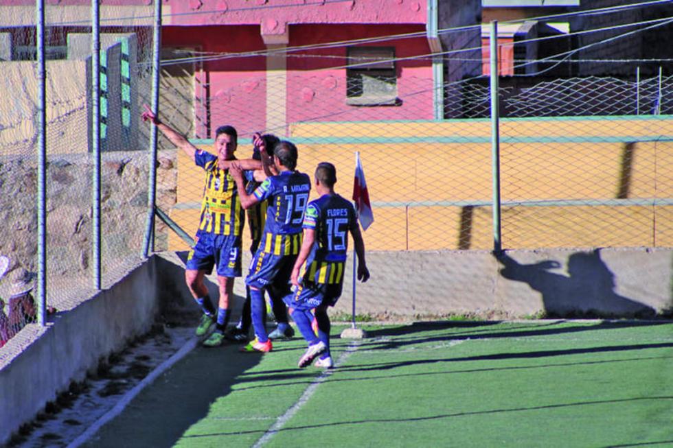Los jugadores potosinos celebran el gol de Juan Pablo Filipuezuk.