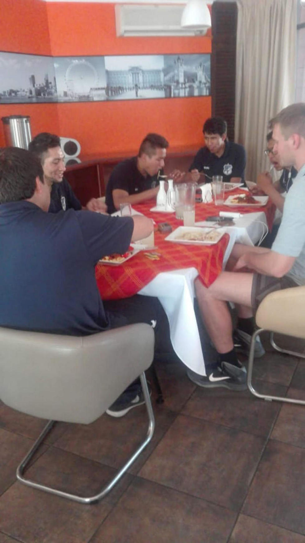 El equipo durante el almuerzo en Santa Cruz.