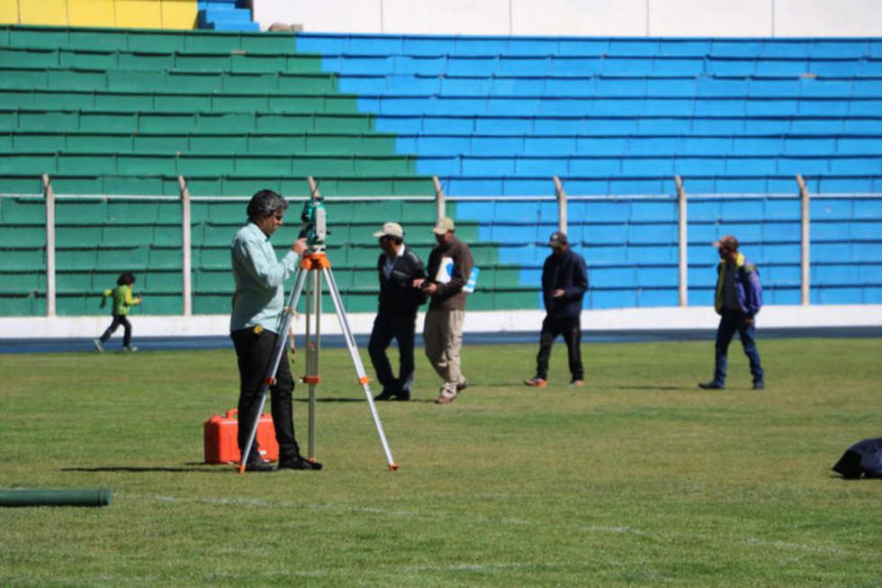 Uno de los funcionarios mide los diámetros del campo de juego.