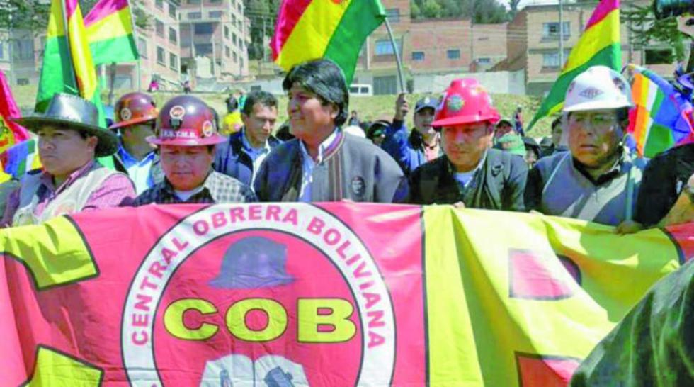 El presidente Evo Morales se sumó a la marcha de la COB por el Día de la Democracia.