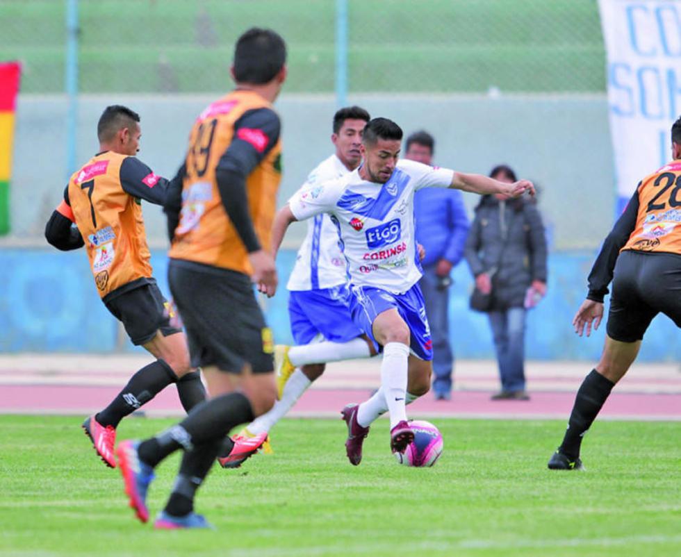 Rodrigo Ramallo trata de eludir a sus rivales.