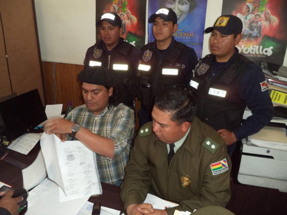Sergio Leaño muestra la documentación supuestamente fraguada.