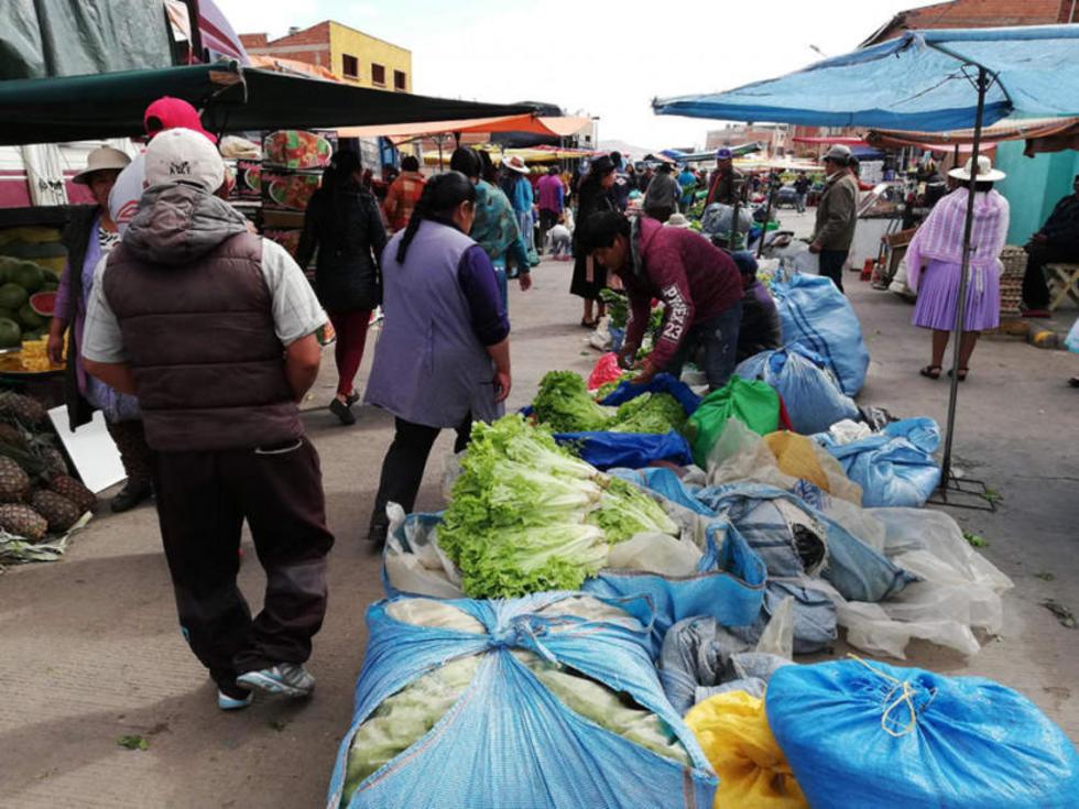 Los comerciantes en la nueva área de venta.