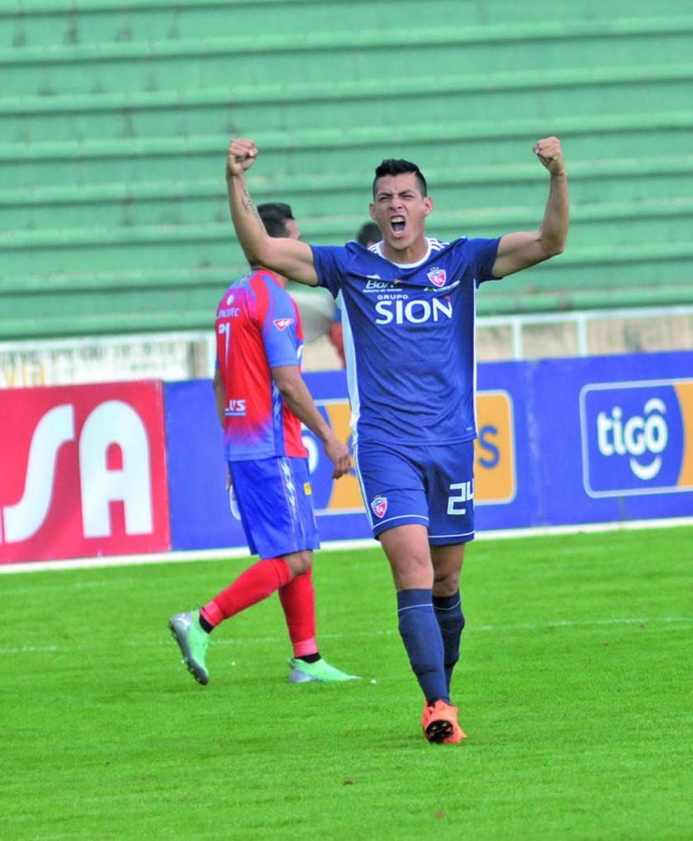 Guimer Justiniano festeja el único gol del cotejo.