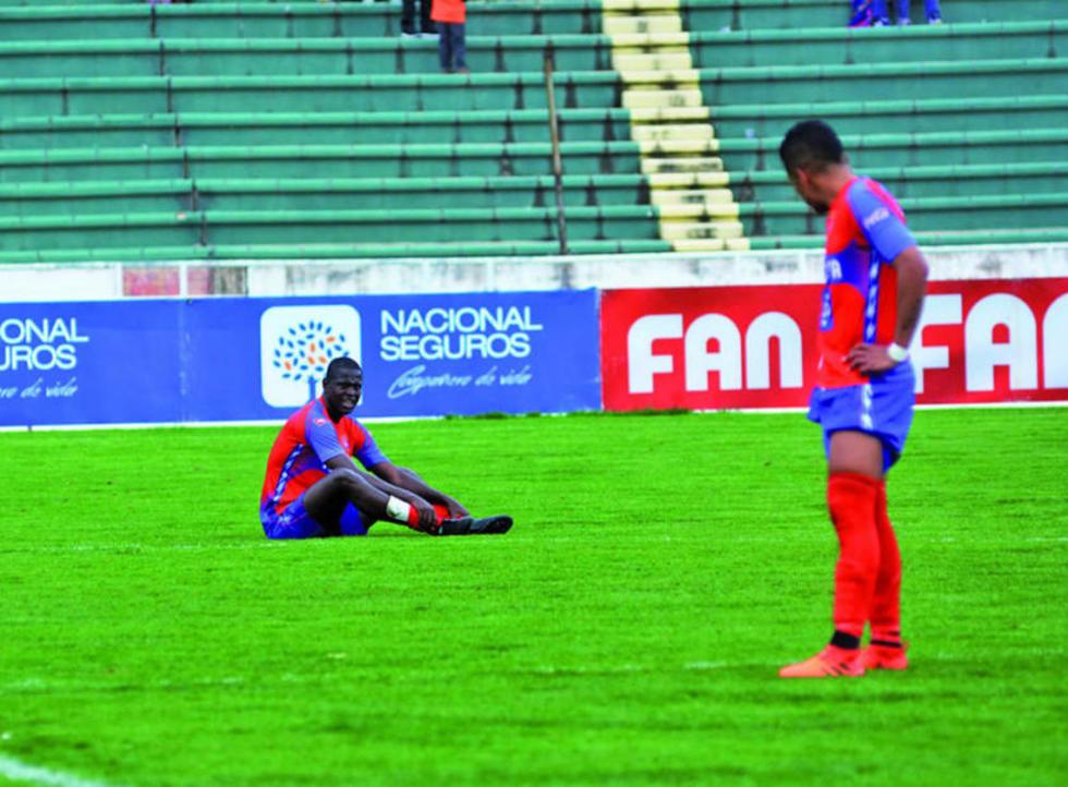 La desazón de los jugadores estudiantiles tras la derrota.