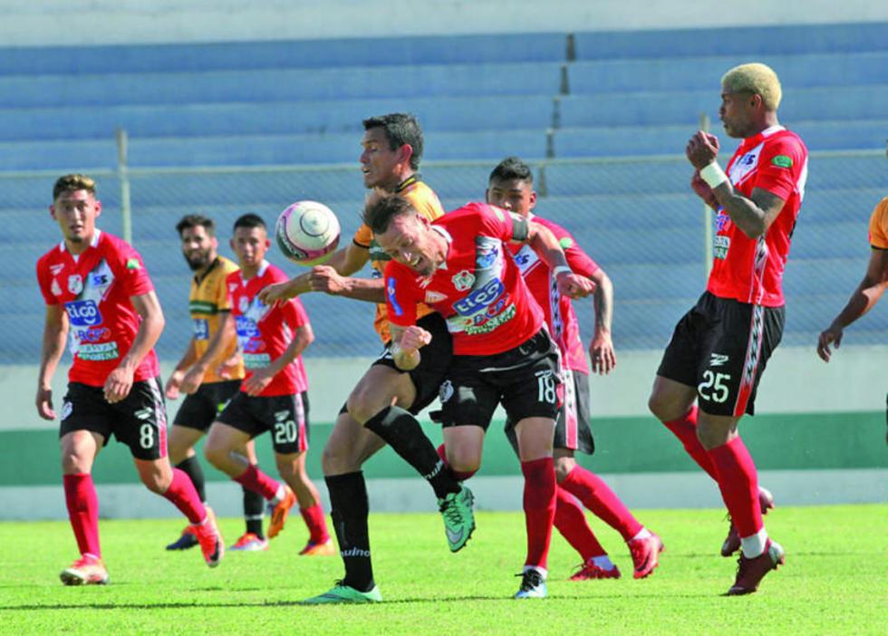 Víctor Galain despeja con la cabeza el balón.