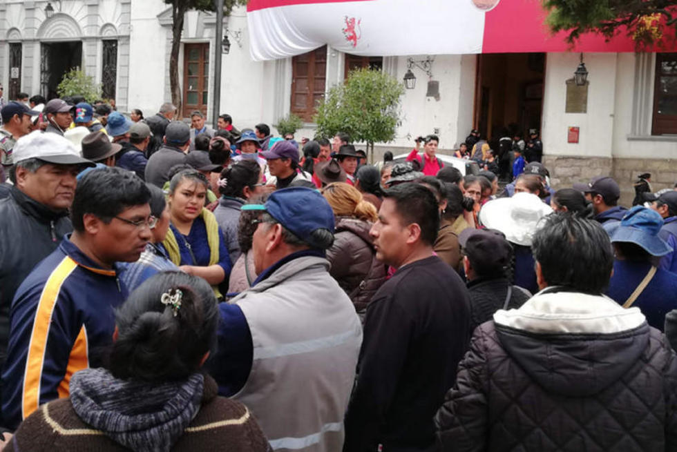 Los vendedores en el frontis de la Alcaldía.