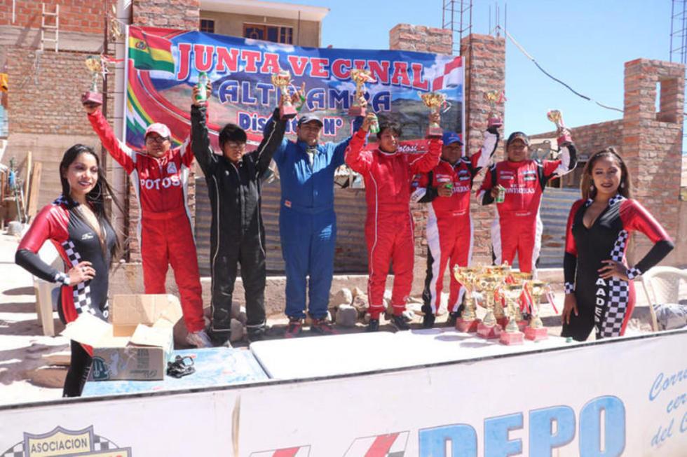 Reynaldo Corso y su copiloto en el podio de ganadores de la categoría R1B.