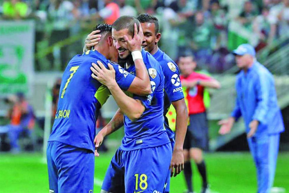 Dario Benedetto, de Boca Juniors, celebra su gol con sus compañeros.