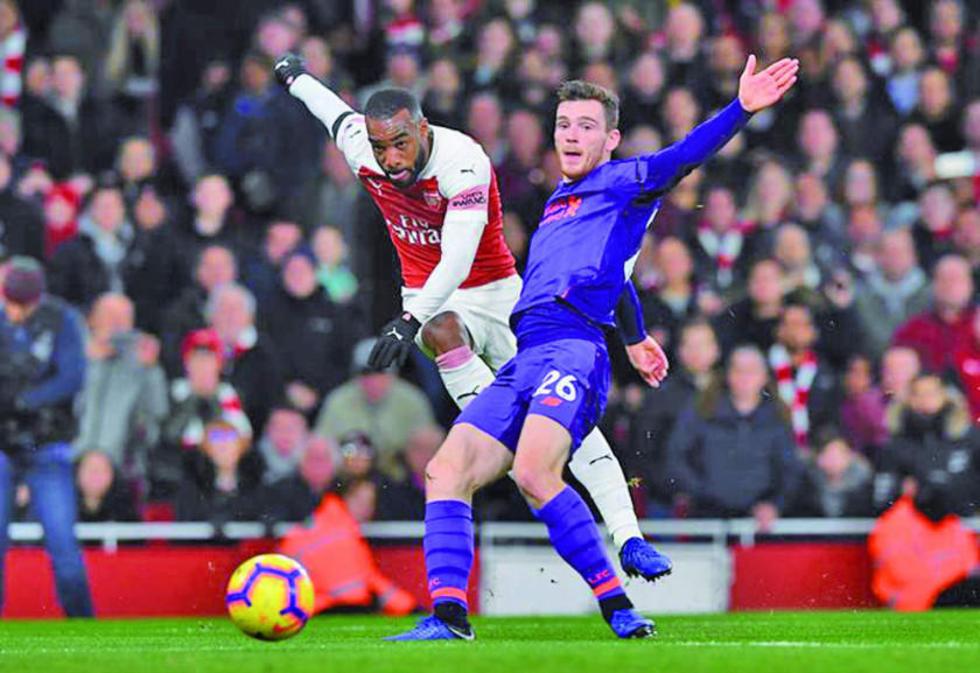 Real. Alexandre Lacazette, de Arsenal, remata el balón.