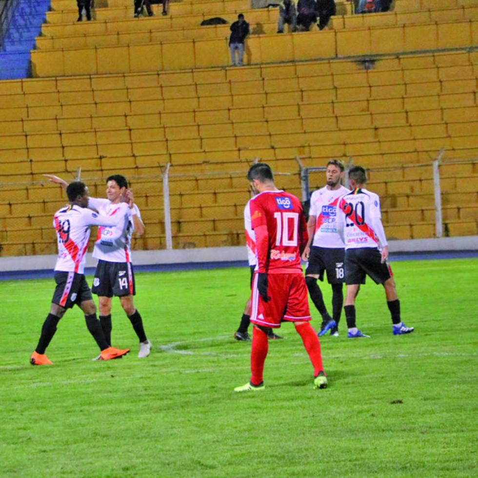 Jennry Alaca (i) es abrazado por sus compañeros tras el gol de la apertura.