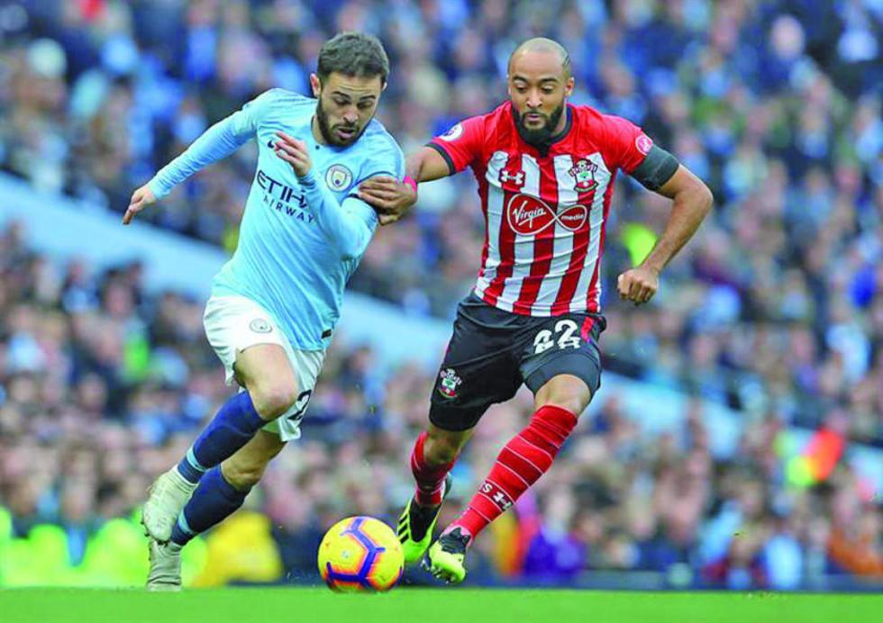 Bernardo Silva, de Manchester City, controla el balón ante la marca de su rival.