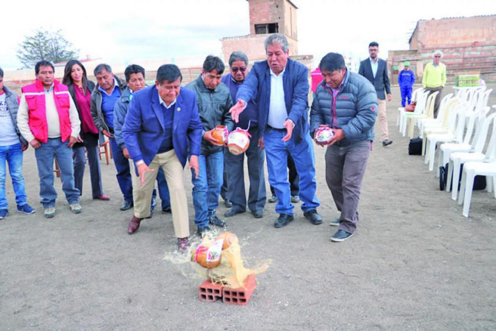 """Los presidentes de la FBF, Asociación de Potosí, Nacional y Real realizan """"La Challa""""."""