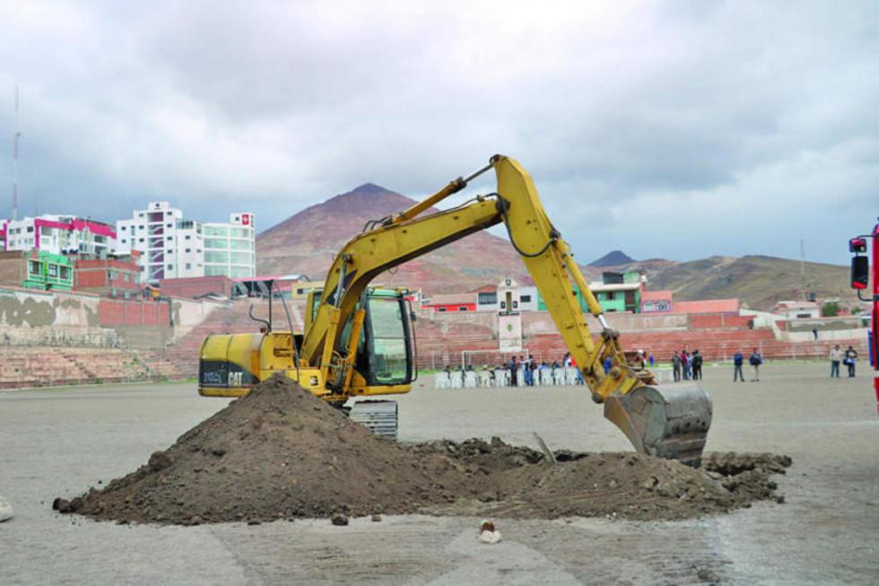 La maquinaria ya empezó con el removido de tierra en la cancha del estadio.