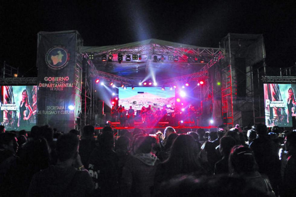 La población participó anoche de la serenata a Potosí.