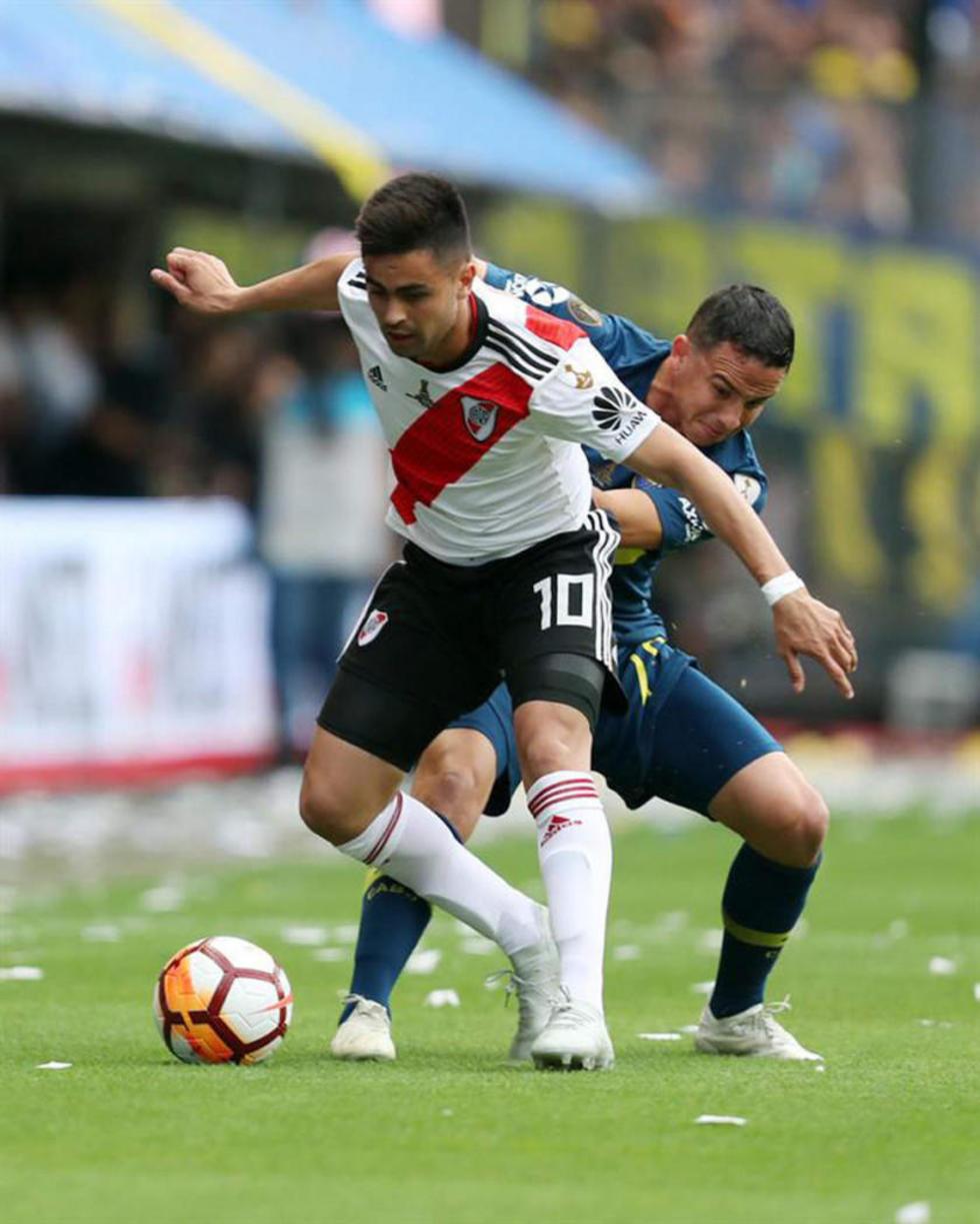 El jugador de River Plate, Gonzalo Martínez, disputa la pelota con Leonardo Jara, de Boca.