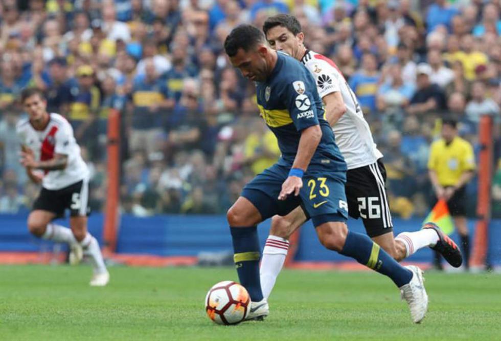 Carlos Tevez, de Boca Juniors, controla el balón.