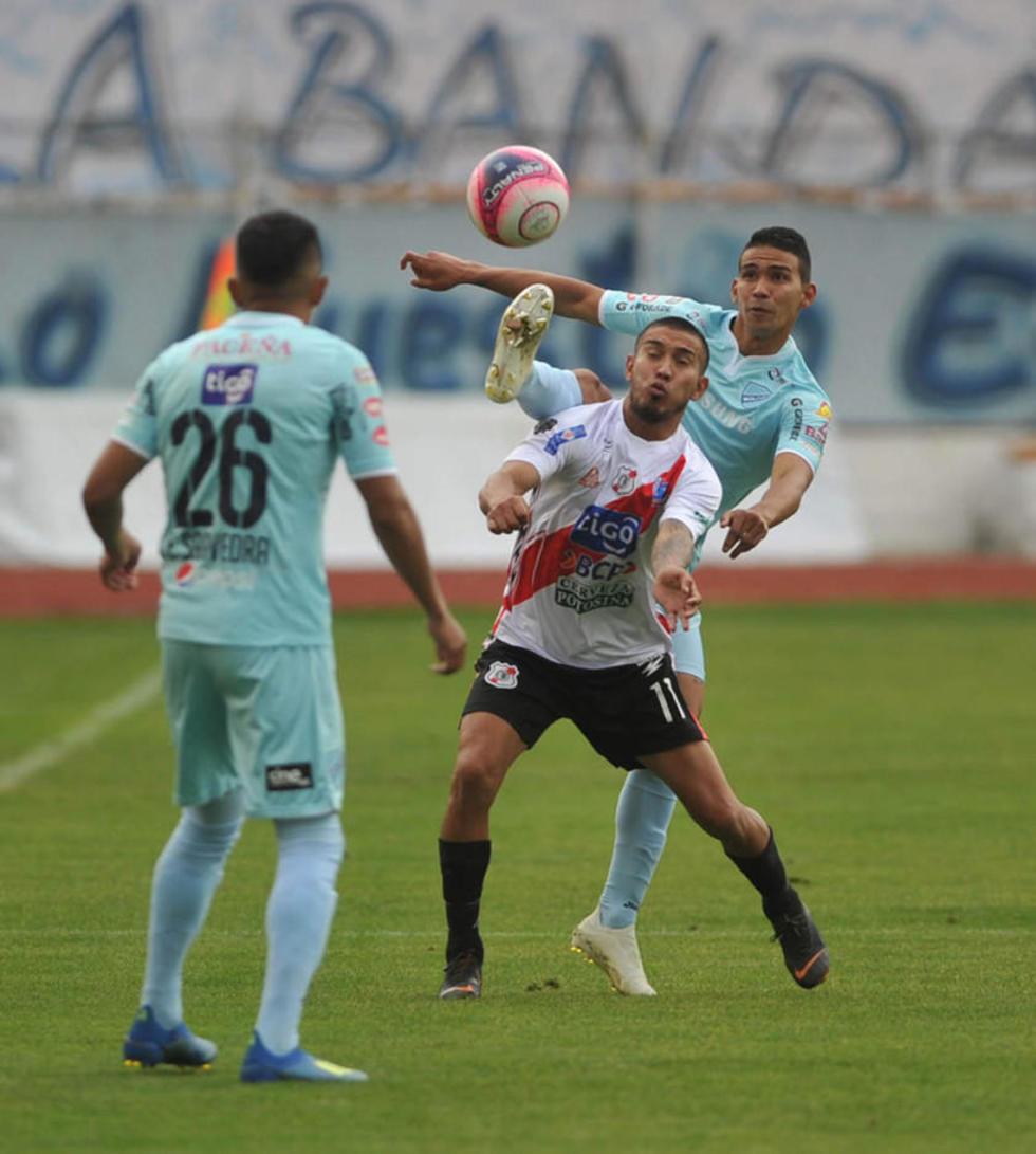 Gerardo Yecerotte (c) pelea por el esférico con dos rivales.