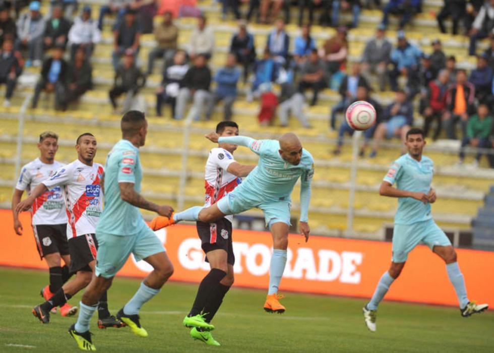 Marcos Riquelme cabecea el balón para convertir el 1-0.