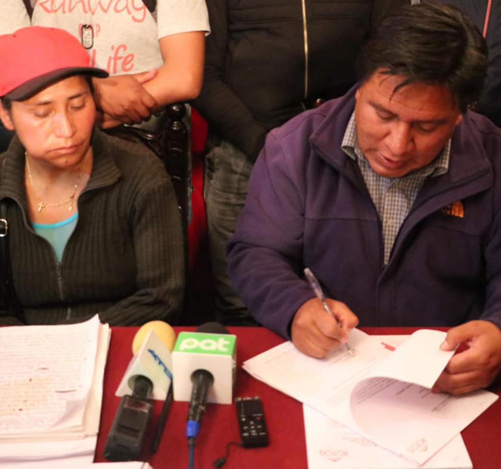 El alcalde Williams Cervantes firma el decreto municipal.