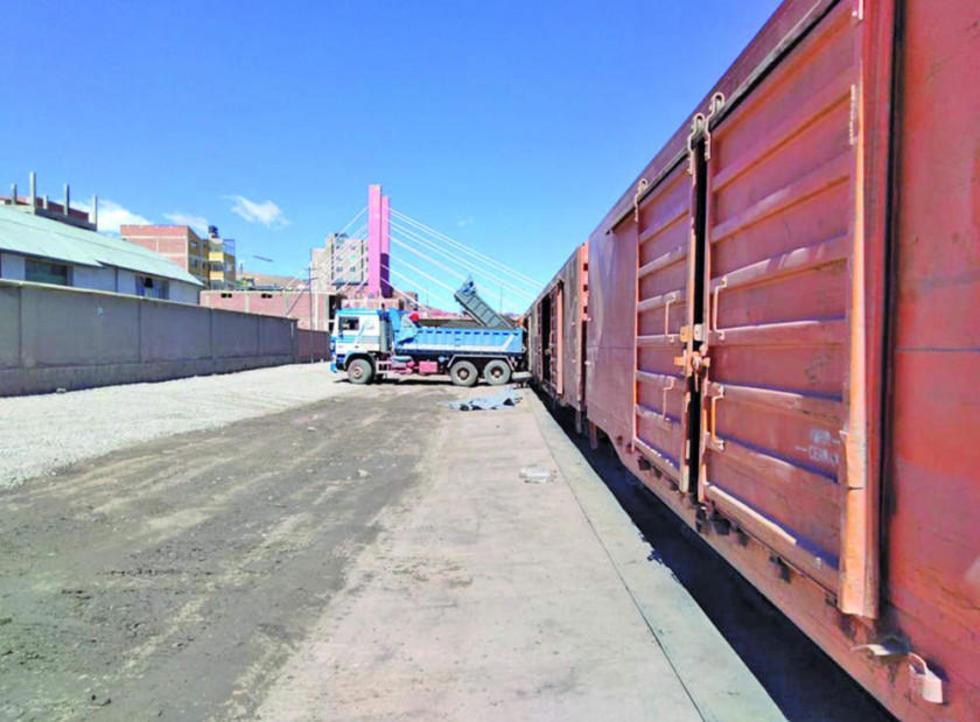 El carguío de mineral a los vagones se realiza con carpas plásticas como material aislante para evitar que el mineral ca