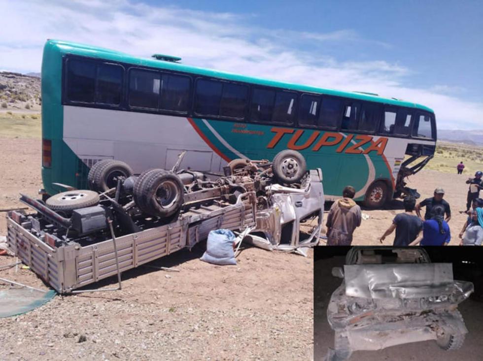 El camión pequeño quedó con las llantas arriba. Y, en recuadro, el vehículo en el que viajaban los turistas.