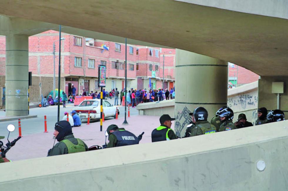 Prevención. Los policías realizaron una intervención para evitar las peleas entre comerciantes.
