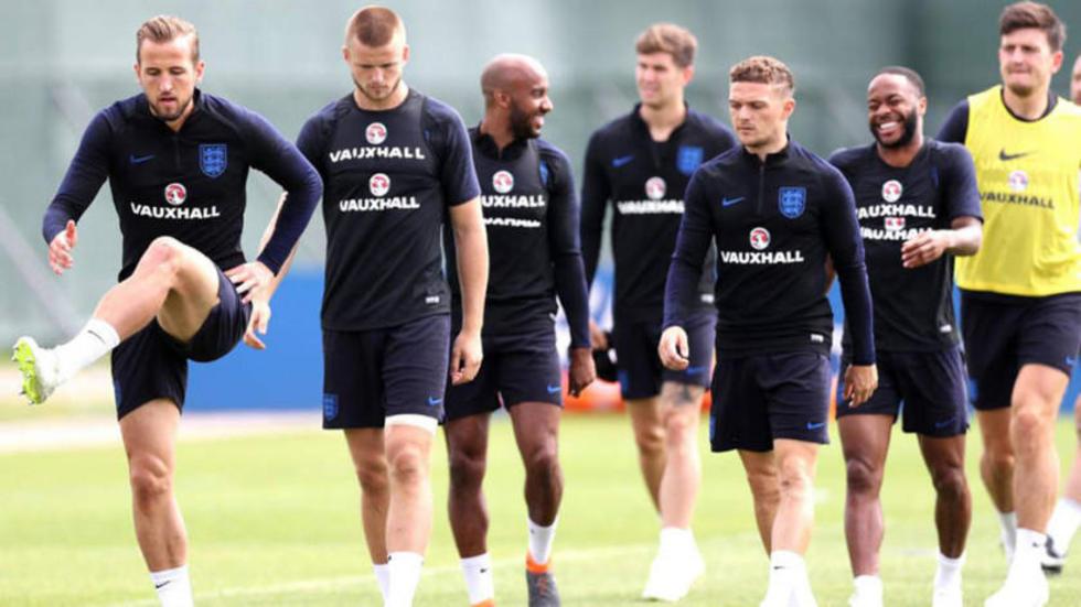 Los futbolistas ingleses  se preparan para enfrentar a su rival.