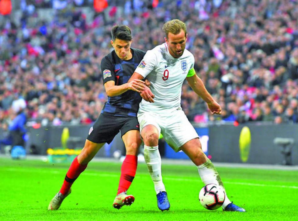 Josip Brekalo y Harry Kane pugnan por quedarse con el balón.