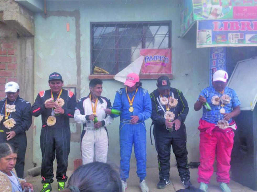 Los ganadores de la categoría libre en el podio.
