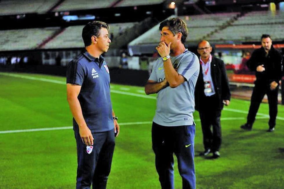 El técnico de River, Marcelo Gallardo, habla con Gustavo Barros Schelloto, DT de Boca Juniors.