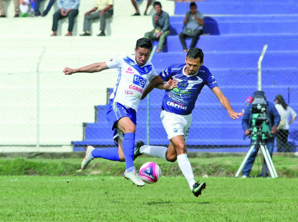 Rodrigo Ramallo y Edivaldo Rojas pugnan por el balón.