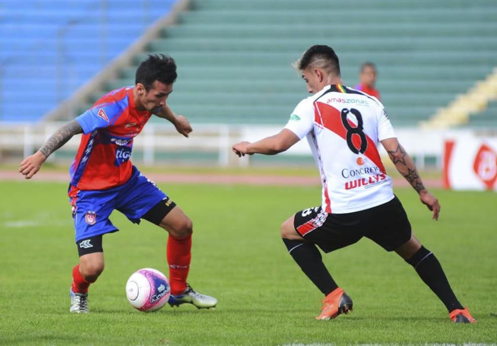Dustín Maldonado y Miguel Quiroga chocan frente a frente.