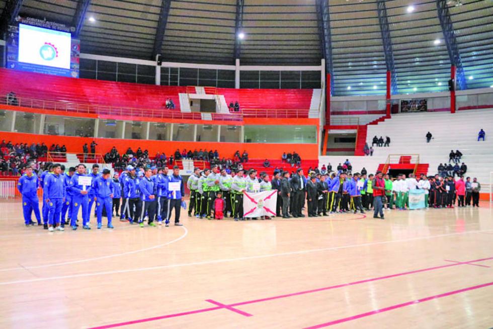 Los equipos durante el acto de inauguración del campeonato.