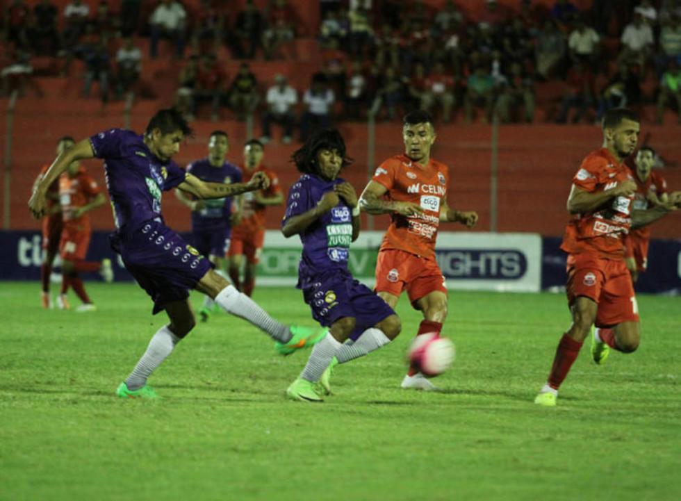 Aldo Gallardo, de Real, remate el balón.
