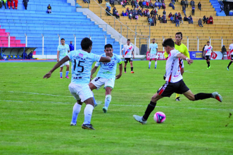 Edsón Pérez saca un remate ante la presión de sus rivales.