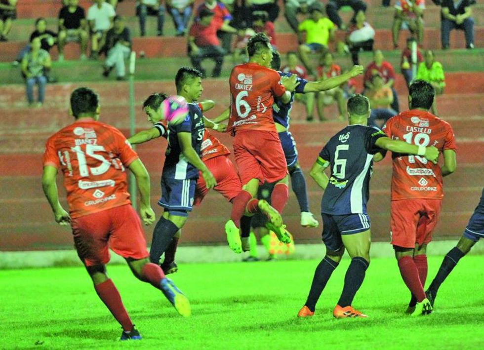 La defensa de Guabirá despeja uno de los ataques de su rival.