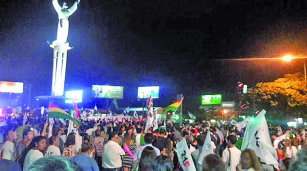 Anoche los cruceños protestaron en inmediaciones de El Cristo en defensa del referendo de 2016.