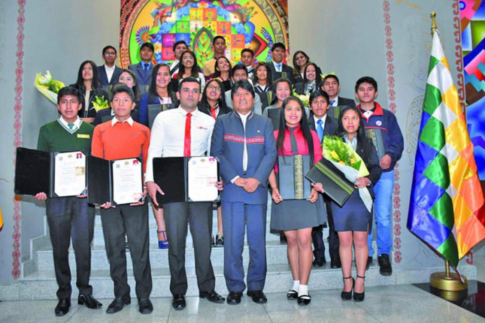 El presidente Evo Morales junto a los estudiantes que obtuvieron los mejores promedios.
