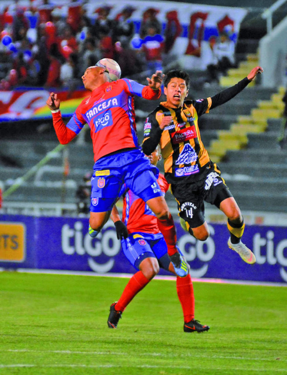 Diego Wayar (d) pelea por el balón.