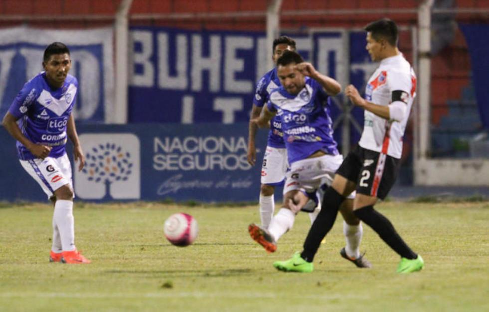Mario Ovando y Luis Torrico pelean por el balón.