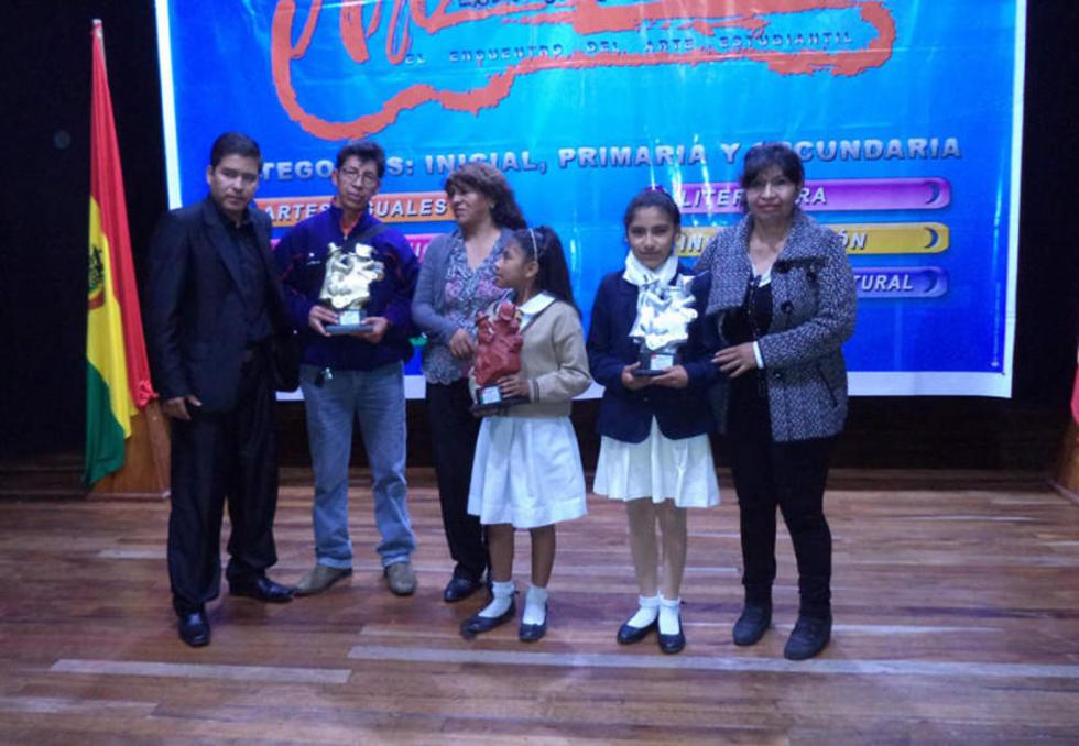Otros ganadores con los organizadores.