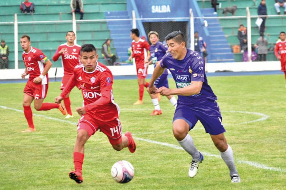 Marco Barrios y Luis Leguizamón pelean por el balón.