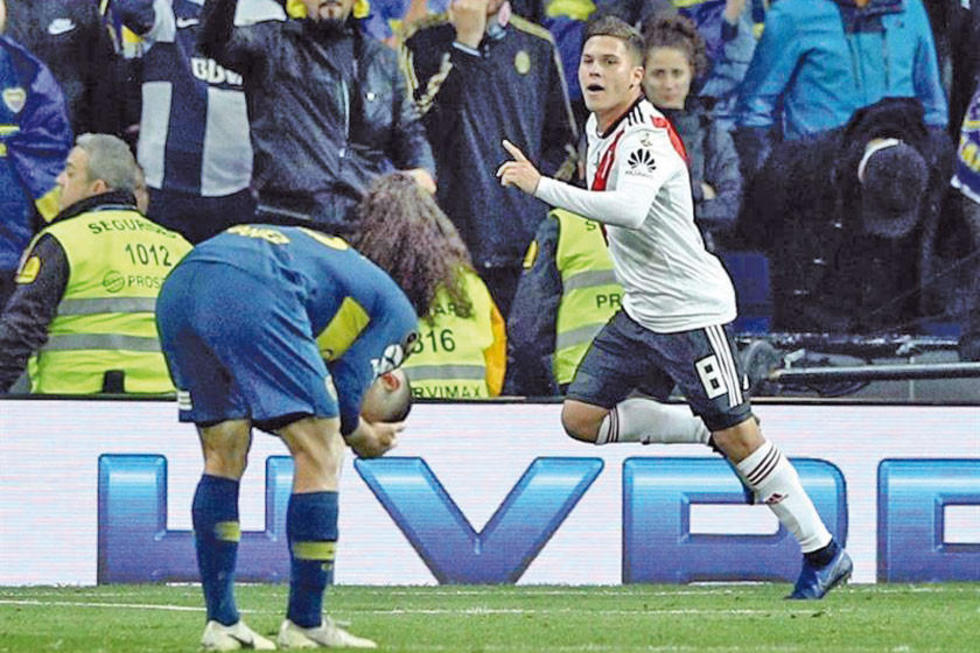 El jugadores de River, Juan Fernando Quintero, celebra su gol.