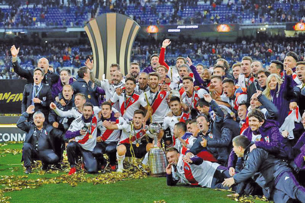 El equipo millonario celebra el título.