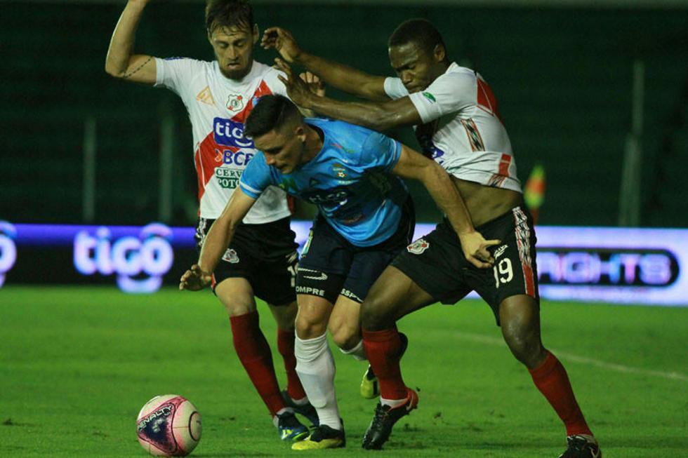 Victor Galaín y Henry Alaca, de Nacional, quitan el balón a su rival.