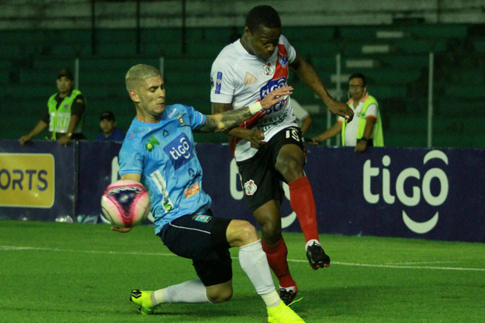 Los jugadores se disputan el balón.